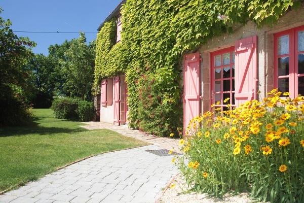 Gite fleuri avec terrasse et jardin
