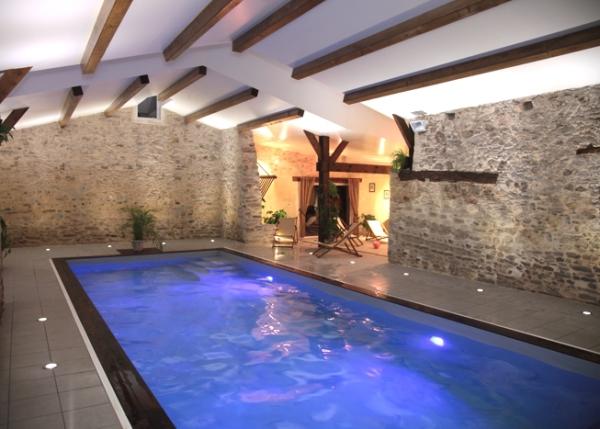 La piscine intérieure du gîte le soir