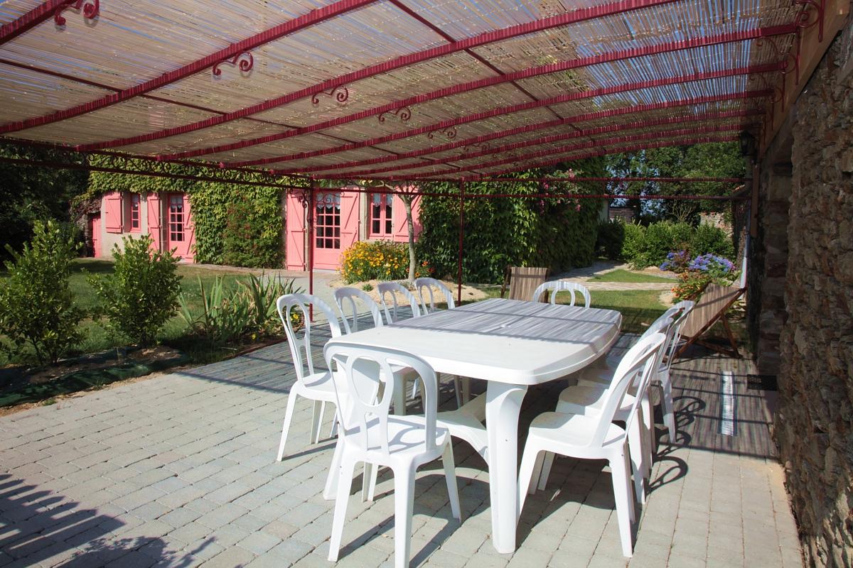 Gite avec terrasse pergola grand terrain vend e for Piscine sous terrasse amovible