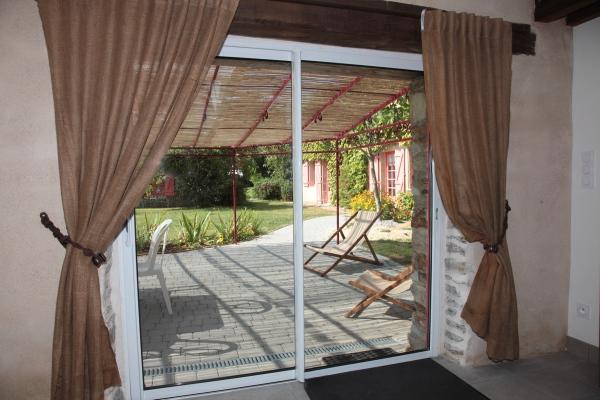 Vue de la piscine intérieure sur la terrasse