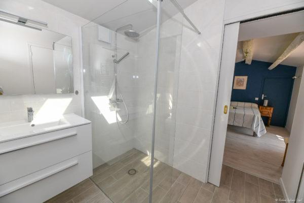 Chambre du gite avec salle d'eau privative et wc privatif