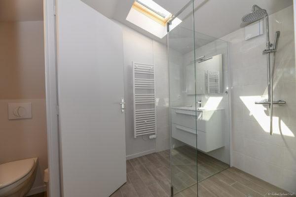 Chambre du gite avec piscine intérieure avec salle d'eau privative et wc privatif