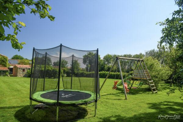 Gîte avec air de jeux pour les enfants trampoline