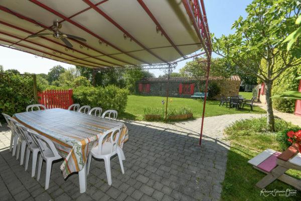 Gîte avec grande pergola et terrasse